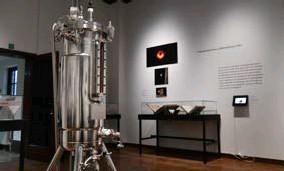 ?? FOTO JAN VAN DER PERRE ?? De expositie eindigt met een toelichting over de theorie van zwarte gaten en de genetische schaar.
