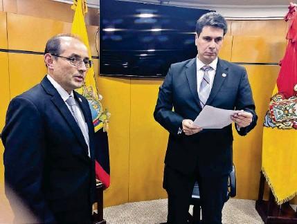 ?? JOHNNY GUAMBAÑA ?? ►CUENCA. Pablo Burbano, vicealcalde, y Pedro Palacios, alcalde de Cuenca, durante la sesión del jueves pasado.