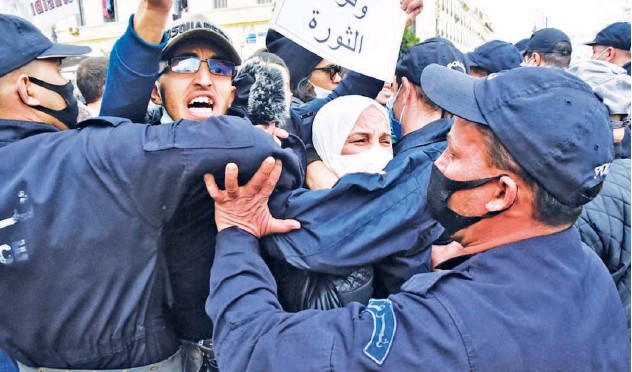 ?? Agence France-presse ?? ↑ Algerian security forces prevent demonstrators from marching during a students' anti-government protest in Algiers on Tuesday.