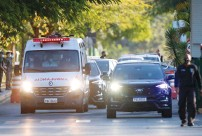 ?? (Adriano Machado/Reuters) ?? A PRESIDENTIAL CONVOY with an ambulance transporting Brazilian President Jair Bolsonaro leaves the armed forces hospital in Brasilia on Wednesday.
