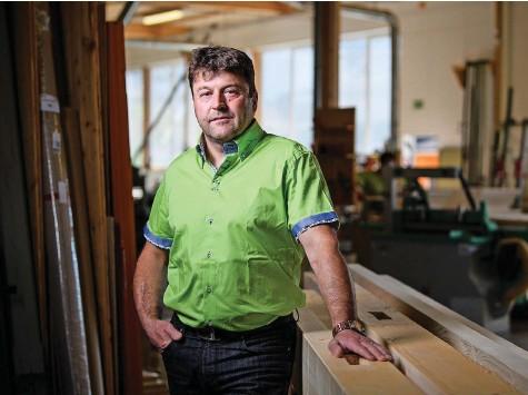 ?? Foto: Raphael Moser ?? Schreiner Jürg Rothenbühler hat sich ein Lager aufgebaut, damit er seine Kunden trotz der Engpässe weiterhin beliefern kann.
