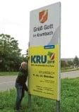 ??  ?? Auch auf den Begrüßungstafeln an den Ortseingängen wird auf die Mittelschwabenschau KRU aufmerksam gemacht. Links KRU-Organisator Hans-Peter Ziegler.