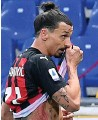 ??  ?? EARLY BATH AC Milan's Zlatan Ibrahimovic walks off