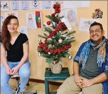 ??  ?? Fanny Jounaux et Javad Arjanseresesht, accueillants de l'espace Vanier, passeront Noël avec les personnes du centre d'hébergement d'urgence situé dans le quartier de la Pierre Heuzé à Caen.