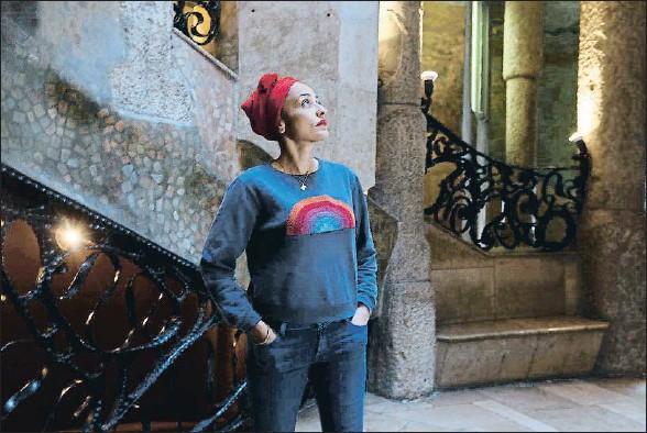 ?? MANÉ ESPINOSA ?? La británica Zadie Smith, fotografiada ayer en un patio de la Pedrera