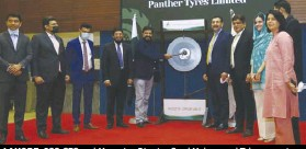??  ?? LA­HORE: PSO CEO and Manag­ing Direc­tor Syed Muham­mad Taha presents a cheque spon­sor­ing the higher ed­u­ca­tion of five stu­dents to Karachi IBA Corporate Re­la­tions and Com­mu­ni­ca­tions Direc­tor Alumni Mala­hat Awan. The agree­ment was signed by PSO CSR Trust Chairperso­n Babar H. Chaudhry and IBA Ex­ec­u­tive Direc­tor Dr Syed Ak­bar Zaidi.