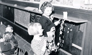 ??  ?? Adding some sparkle Putting up the Christmas decorations, Northern School, Perth, December 1950