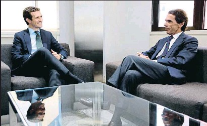 ?? DIEGO CRESPO / EFE ?? El líder del PP, Pablo Casado, se reunió ayer con el expresidente José María Aznar en la sede del partido
