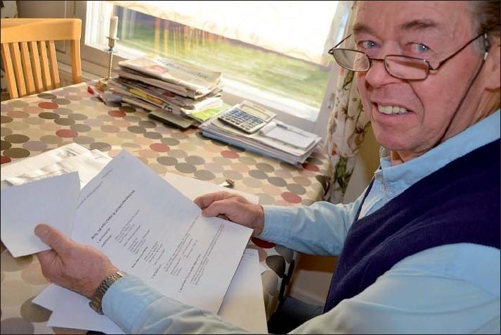 ?? Foto: Sonja Hellsten. ?? Svart på vitt. Bertil Åkerfelt med pappret som berättar att avtalet med Kesko har sagts upp.