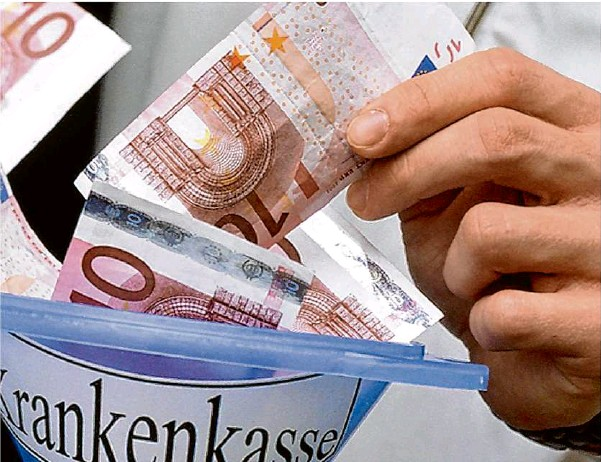 ?? Foto: Hans Wiedl/dpa ?? Jeden Monat zahlen Arbeitnehmer Beiträge zur Krankenversicherung. Da Leistungen und Beiträge der einzelen Krankenkassen durchaus unterschiedlich sind, lohnt es sich, da genauer hinzusehen.