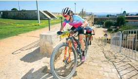 ??  ?? right and below Smith and Pendrel race the 2019 Epic Israel