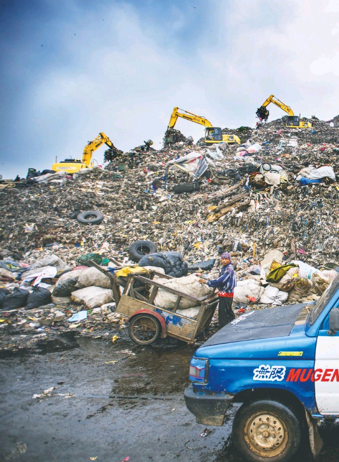 ??  ?? The metropolitan area of Jakarta, Indonesia, is home to about 31 million people. Most of Jakarta's waste ends up at Bantar Gebang, one of the biggest landfills in the world. It covers more than 270 acres and receives over 6,000 tons of trash per day....