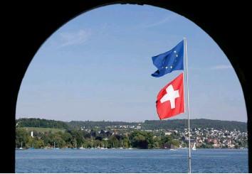 ?? Foto: Keystone ?? Fahnen im Wind: Wie weiter mit der Beziehung zwischen der Schweiz und der EU?