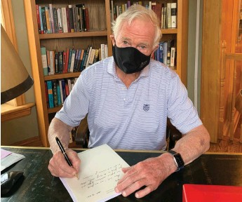 ?? Rideau Hall Foundation, Jill Clark photo ?? Leading by example—Rideau Hall Foundation Chair David Johnston wearing a mask during a meeting in his study at his home near Ottawa.