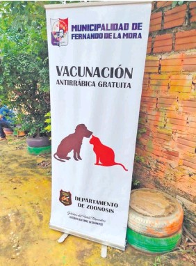??  ?? Se organizan jornadas de vacunación de animales en Fernando de la Mora para que ciudadanos acudan. Hay un toldo en donde está el nombre del intendente.