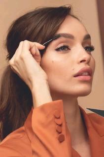 ??  ?? TAMBIÉN PUEDE SER DULCE Un cateye también puede protagonizar unlook romántico sin perder su carga de seducción, siempre matizado por unas cejas naturales y perfectas como las que se maquilla Luma Grothe con Unbelieva'Brow, de L'Oréal Paris.