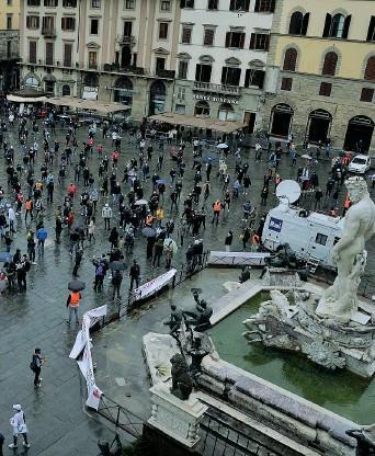 ??  ?? Emergenza coronavirus, la passeggiata di protesta dei ristoratori di Firenze