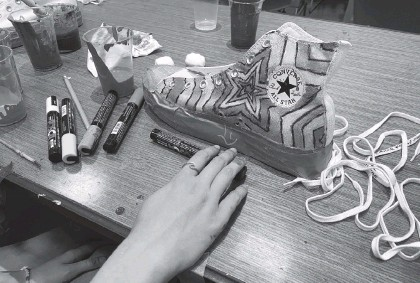?? PJ MORALES Charlotte Observer ?? One girl decided to paint her Converse Chuck Taylors with a starry pattern emanating from the center of the shoe.