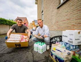 ?? FOTO DIRK VERTOMMEN ?? Kim Pelles en Bram Saele (met gips) tussen de ingezamelde hulpgoederen voor de inwoners van Pepinster.