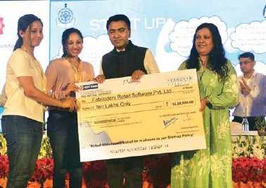 ??  ?? A cheque for ` 10 lakh being handed over to 'Fabcoders Retail Software' by Goa IT minister Jennifer Monserrate (right) and chief minister Pramod Sawant at a session on startups at the Summit