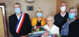 ??  ?? Le maire remet un bouquet à Marie-Louise, en compagnie de sa fille, de la deuxième adjointe et du directeur du foyer logement.