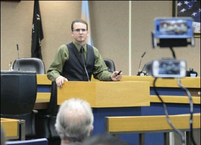 ?? ED­WIN DEL­GADO PHOTO ?? Nathan White of Agess Inc. presents his pro­posed project at a packed Board of Su­per­vi­sors Cham­bers on Mon­day Af­ter­noon.