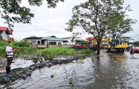 ?? (Chris Navarro) ?? FLOOD MITIGATION. The LGU of San Simon through the Barangay Council of Sto. Nino led by Barangay Chairman Dong Dagdag conducts the desilting of clogged canals to address the flooding problem in the village.