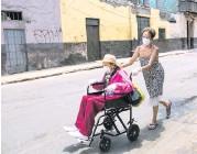 ??  ?? Madre e hija fueron vacunadas contra la influenza en Lim