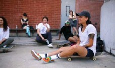 ??  ?? Rolling rest Stephanie Battieste sits on her board alongside friends during a skate at Dufferin Grove skate park for a Babes Brigade meetup.