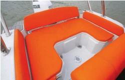 ??  ?? Où que vous soyez assis dans le cockpit, vous aurez toujours un dossier ! L'espace est transformable en bain de soleil en baissant la table télescopique.