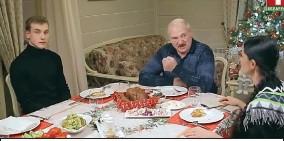 ??  ?? Александр и Николай Лукашенко встретили российскую журналистку по-домашнему.