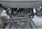 ??  ?? Чтобы место не пропадало даром: под креслом водителя – ящик для домкрата и инструмента.