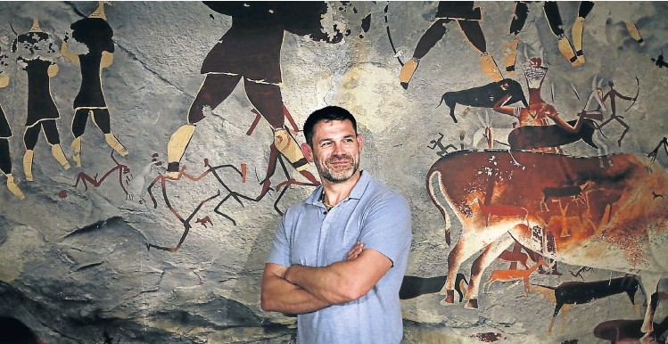 ?? Picture: Alon Skuy ?? Bill Schindler at The Origins Centre in Johannesbu­rg. He is an associate professor of anthropolo­gy and archaeolog­y at Washington College.