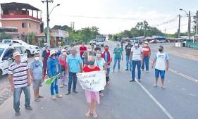 ??  ?? Manifestación de pobladores de la compañía Tacuara sobre la ruta PY03 para exigir la provisión del vital líquido en la zona.