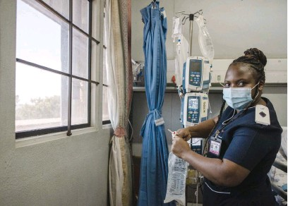 ?? Picture: Jacques Nelles ?? IN THE FRONTLINE. A nurse at Steve Biko Academic Hospital in Pretoria yesterday during International Nurses Day, a day observed around the world to mark the contributions of nurses.