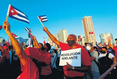 ?? EFE ?? Unas cien mil personas, según el gobierno, asistieron a un acto de apoyo a la revolución en La Habana.