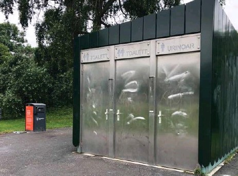 ?? FOTO: MIMMI EPSTEIN ?? FEKALIER. Toaringarna inne på den offentliga toaletten vid Amfiteatern i Rålambshovsparken var nedkletade med avföring för ett par veckor sedan, enligt vittnen.