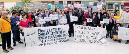 ??  ?? En 2017 de nombreux élus locaux ont défendu le train de nuit en gare de Lourdes