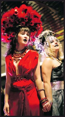 ??  ?? Mezzo-soprano Alicia Woynarski and soprano Lauren Woods will perform in Mercury Opera's Alley Oop, an evening of operatic hits in a downtown Calgary alleyway.