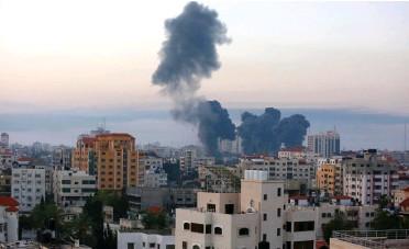 ?? FOTO: DE ABED RAHIM KHATIB / SHUTTERSTOCK ?? Atacuri aeriene israeliene asupra clădirilor și turnurilor rezidențiale din orașul Gaza, pe 12 mai 2021. Cel puțin 35 de persoane au fost ucise în Gaza și cinci în Israel, deoarece tensiunile au crescut în regiune.