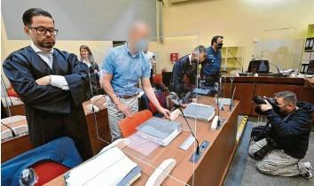?? Foto: Peter Kneffel, dpa ?? Mark S. (Zweiter von links) steht in München vor Gericht. Ihm und vier Komplizen wird vorgeworfen, ein internationales Doping‰ netzwerk betrieben zu haben.