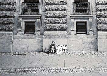 ??  ?? Greta Tintin Eleonora Ernman Thunberg, nata a Stoccolma il 3 gennaio del 2003, durante il suo primo sciopero, iniziato il 20 agosto del 2018 e finito il 9 settembre davanti al Riksdag, il Parlamento svedese. Ha poi lanciato i Fridays for future, uno sciopero settimanale ogni venerdì