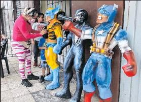 ??  ?? Pamela Pazmiño confía en que logrará vender los últimos tres muñecos que le quedan.