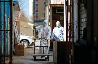 ??  ?? 环卫工作人员清运医疗废弃物
