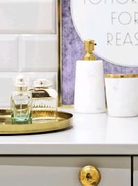 ??  ?? Dem Messing- und Marmor-Look begegnet man nicht nur im Wohnzimmer, sondern auch bei Anetas alltäglichen Utensilien im eleganten Badezimmer.
