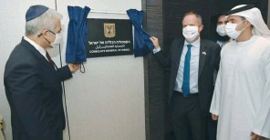 ??  ?? FOREIGN MINISTER Yair Lapid unveils the plaque outside the consulate in Dubai yesterday. (Foreign Ministry)