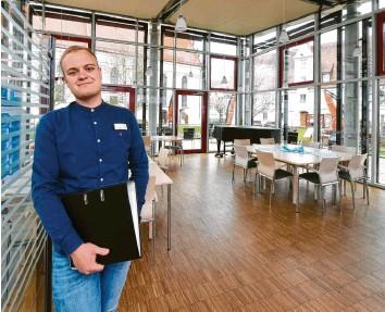 ?? Foto: Bernhard Weizenegger ?? Simon Wille ist Auszubildender für Büromanagement im Haus der Senioren in Gundelfingen.