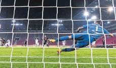 ?? FOTO: SVEN HOPPE/DPA ?? Das Tor des Abends: Robert Lewandowski (M.) trifft per Foulelfmeter gegen FCATorwart Rafal Gikiewicz – Saisontreffer Nr. 22 des Münchners.