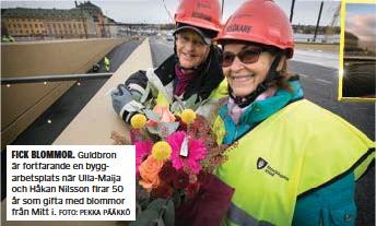 ?? FOTO: PEKKA PÄÄKKÖ ?? FICK BLOMMOR. Guldbron är fortfarande en byggarbetsplats när Ulla-Maija och Håkan Nilsson firar 50 år som gifta med blommor från Mitt i.