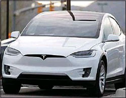 ?? DAVID ZALUBOWSKI / AP ?? In this May 6 pho­to­graph, an un­sold 2020 Model X sits at a Tesla deal­er­ship in Su­pe­rior, Colo.